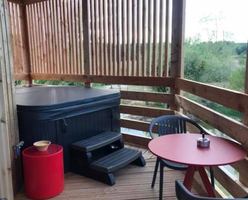 Terrasse d'un panorabane avec jacuzzi