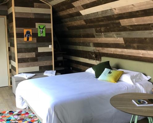 Chambre d'une beebane avec lit double