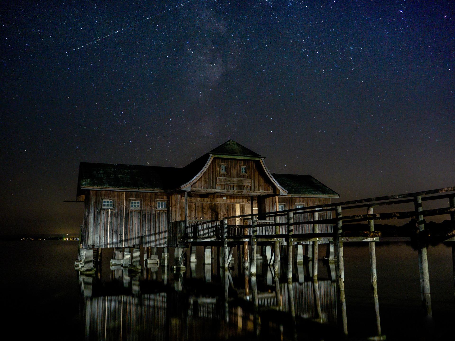 cabane sur pilotis de nuit