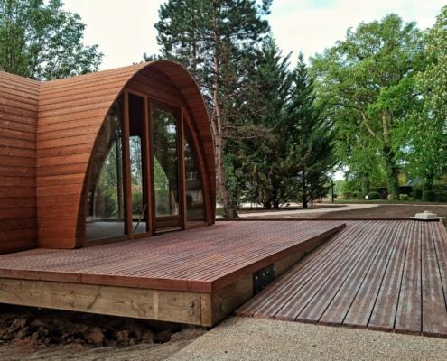 Cabane en bois avec rampe d'accès PMR