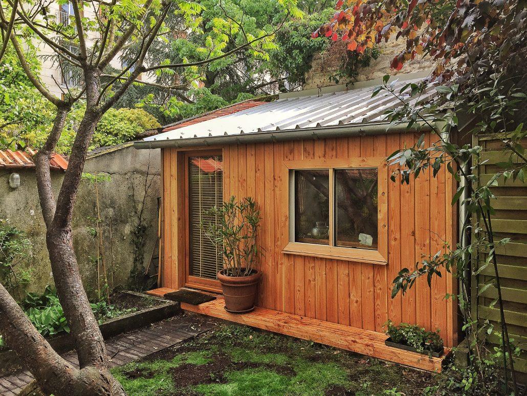 Cabane en bois aménagée en bureau de jardin