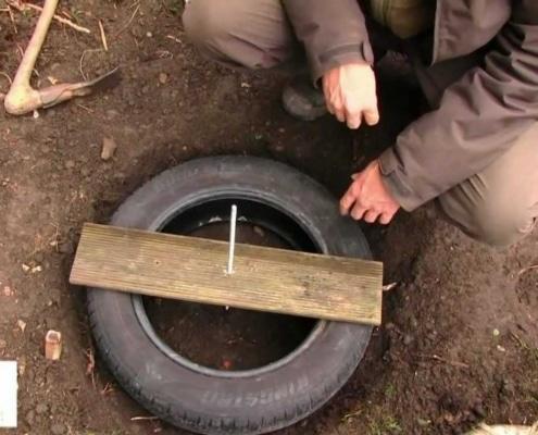 fondations d'une cabane avec pneus