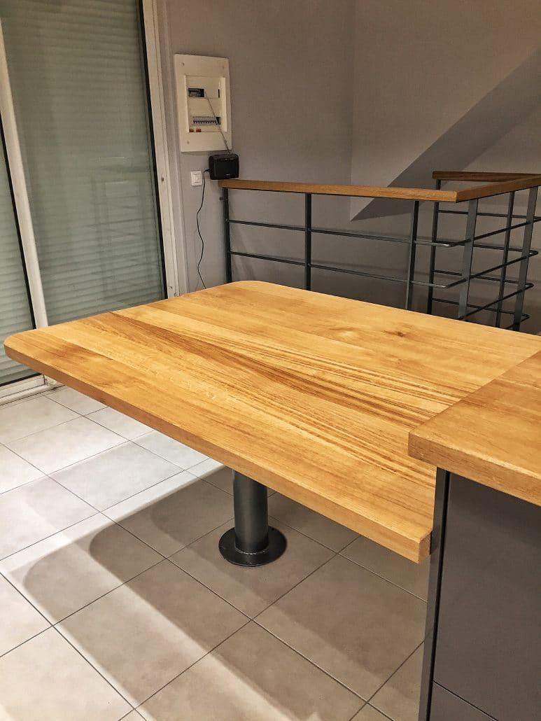 Table en bois d'une cuisine sur mesure