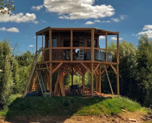 Fondation pilotis d'une cabane en construction