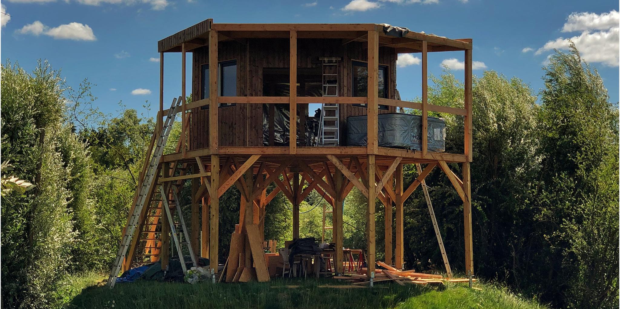 Cabane sur pilotis en construction